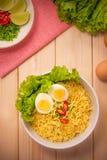 方便面汤用蘑菇、蓬蒿、辣椒和水煮蛋 库存照片