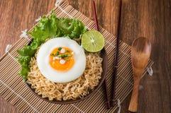 方便面用在碗和菜的鸡蛋 库存图片
