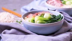 方便面用什塔克菇、胡椒和葱在b 免版税库存照片