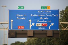 方向和速度在机动车路A20上签字在与分裂的Terbregseplein对鹿特丹南部通过A16和E19 免版税库存照片