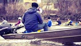给方向的划船教练 免版税库存图片