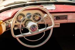 方向盘、美丽的葡萄酒汽车仪表板和内部  库存照片