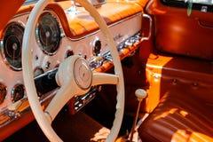 方向盘、美丽的葡萄酒汽车仪表板和内部  库存图片
