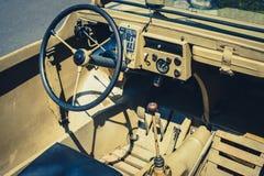 方向盘、老吉普汽车驾驶舱仪表板和内部  库存图片