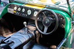 方向盘、老莲花汽车驾驶舱仪表板和内部  库存照片