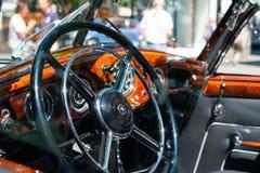 方向盘、老Horch汽车驾驶舱仪表板和内部  库存图片