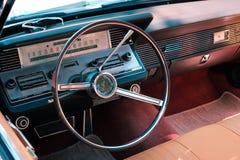 方向盘、葡萄酒汽车驾驶舱内部和仪表板  库存照片
