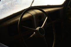 方向盘内部生锈的葡萄酒汽车 免版税库存图片