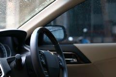 方向盘推进在汽车里面的控制车辆 免版税库存照片