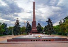 方尖碑和永恒火焰在下落的战斗机正方形  伏尔加格勒 图库摄影