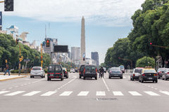 方尖碑和9 de朱利奥Avenue在布宜诺斯艾利斯 免版税库存照片