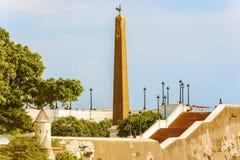 方尖碑由雄鸡,法国国家的标志平底锅的冠上了 库存图片