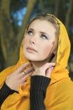 方巾的白肤金发的妇女 库存图片