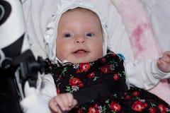 方帽与长袍的微笑的小女孩 免版税库存照片