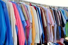 方式与五颜六色的衣裳的衬衣机架 库存照片