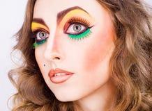 方式与秀丽明亮的构成的妇女设计纵向  免版税库存照片
