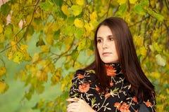 方式女孩在秋天公园 免版税图库摄影