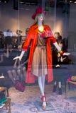 方式女性时装模特商店窗口 免版税库存图片