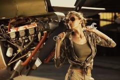 方式女性飞机机械员 免版税库存图片