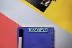 方式文本损失在稠粘的笔记的与颜色办公桌概念 免版税库存图片