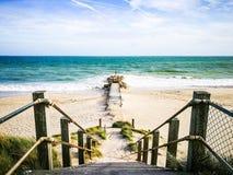 方式步行向海在伯恩茅斯,英国 这是假日和家庭时间的一个地方您轻松 免版税库存图片