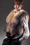 方式毛皮无袖短上衣佩带的妇女 免版税图库摄影