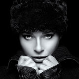 方式纵向冬天 少妇特写镜头裘皮帽的 库存照片