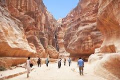 方式通过Siq峡谷向城市Petra,约旦扔石头 库存图片