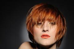 方式头发的发型红色妇女 免版税库存照片