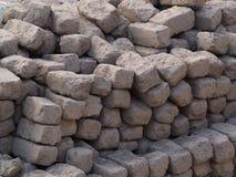 方形和长方形形状简单的黏土砖,被折叠入墙壁 库存照片