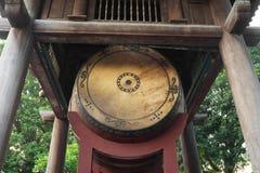 方形大厦举行在文学寺庙的一个大鼓在河内 在1070年修建尊敬孔子和现今对著名人士 库存照片