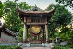 方形大厦举行在文学寺庙的一个大鼓在河内 在1070年修建尊敬孔子和现今对著名人士 免版税图库摄影