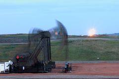 方形字体泵浦与火光的起重器迷离在背景中 免版税库存照片
