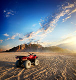 方形字体自行车在沙漠 免版税图库摄影