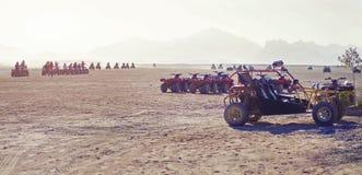 方形字体自行车在沙漠 库存照片
