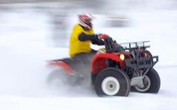 方形字体自行车在雪轨道的司机乘驾 免版税库存照片