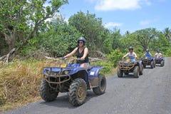 方形字体自行车徒步旅行队冒险游览在拉罗通加库克群岛 图库摄影