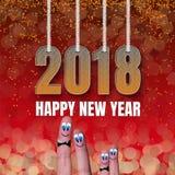方形的卡片与滑稽的家庭手指的新年快乐2018年 库存照片