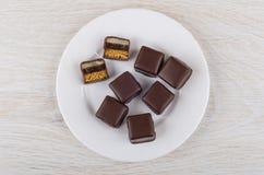 方形的姜饼用橘子果酱和小杏仁饼在巧克力 图库摄影
