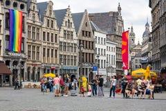 方形的格罗特的Markt游人街市在中世纪城市安特卫普 免版税库存照片