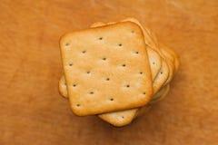 从方形的薄脆饼干曲奇饼的堆 免版税库存照片