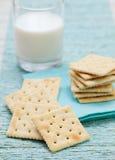 方形的饼干薄脆饼干用在玻璃的新鲜的牛奶 免版税库存图片