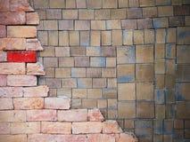 方形的黏土瓦片和砖墙样式 免版税库存照片