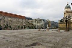 方形的Gendarmenmarkt和德国大教堂 在美丽的鸟云彩之上颜色及早飞行金子早晨本质宜人的平静的反映上升海运一些星期日 免版税库存照片