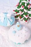 方旦糖杯形蛋糕和结霜的姜饼 免版税库存照片