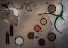 方术实验室 干草本,盐,烧瓶,在帆布的吸移管 顶视图 免版税库存照片