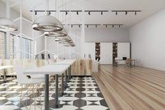 方格和木地板办公室内部 免版税库存照片