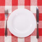 方格的刀叉餐具桌布 图库摄影