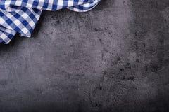 方格的厨房桌布顶视图在花岗岩-混凝土的-石背景 您的文本或产品的自由空间 库存照片