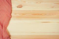 方格的布料餐巾顶视图在木桌上的 库存图片